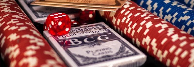 ポーカーチップとカード